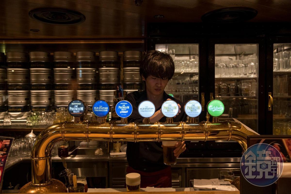 The PREMIUM MALT'S特別講究現拉生啤的泡沫比例與手法。