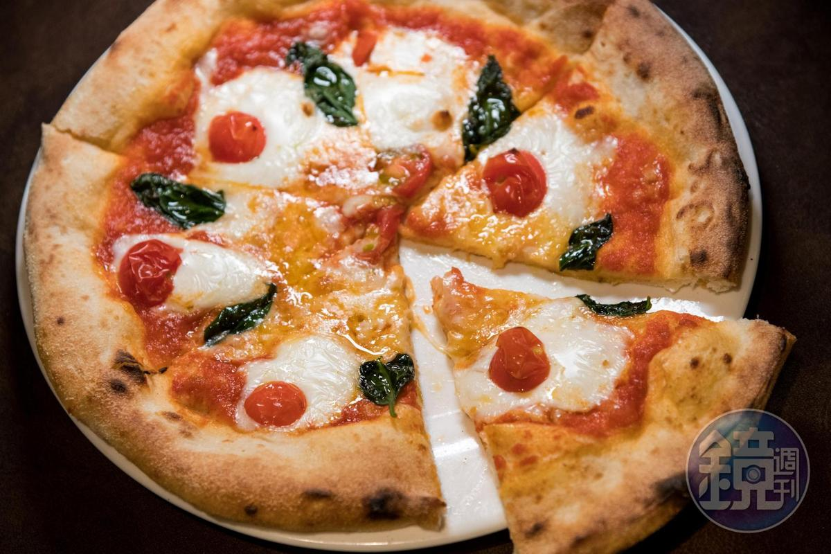 現點現做的窯烤「瑪格麗特披薩」風味純粹且美味。(1,180日圓/份,約NT$336)