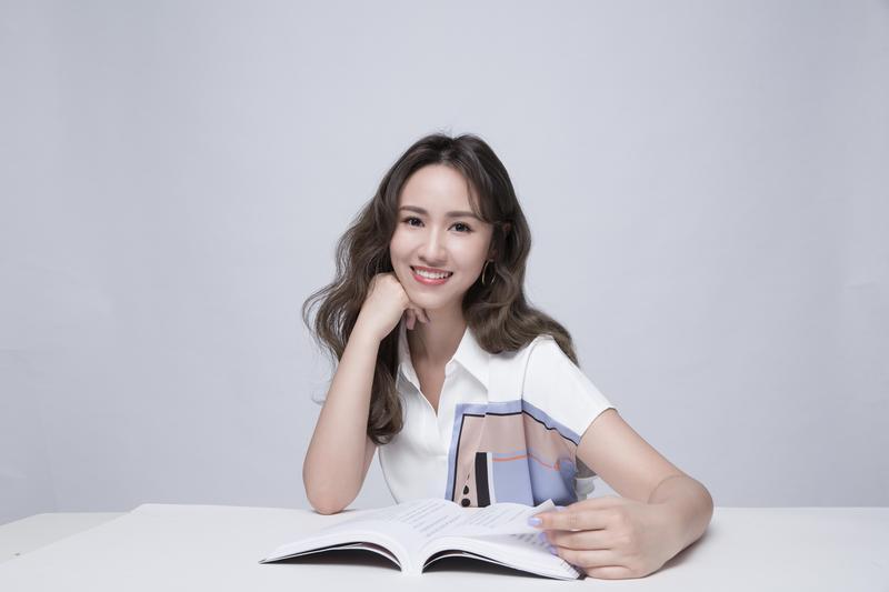【鏡文學耳朵K書吧】首月打頭陣的主持人,是「全台灣最年輕金鐘獎主持人」的Sandy吳姍儒。(鏡文學提供)