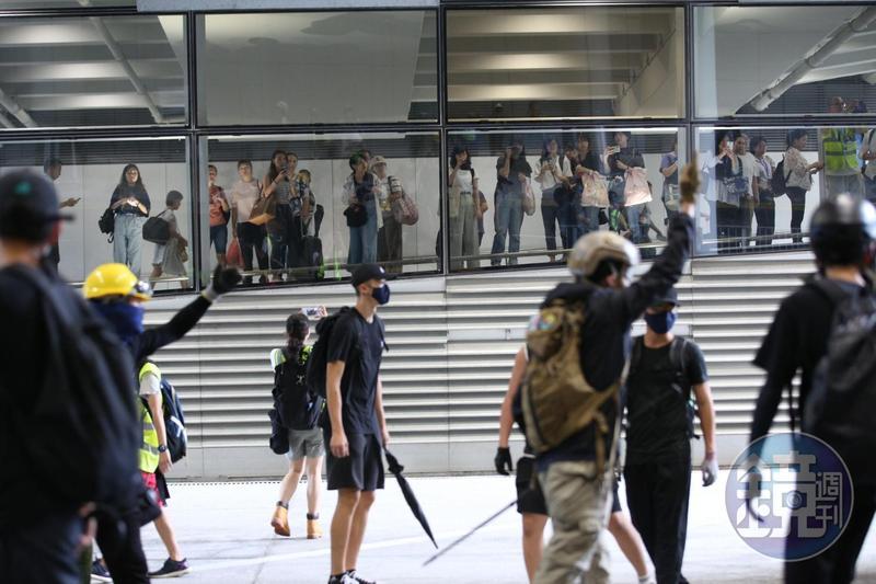 大批示威者聚集在香港機場,意圖堵塞機場影響交通表達訴求。