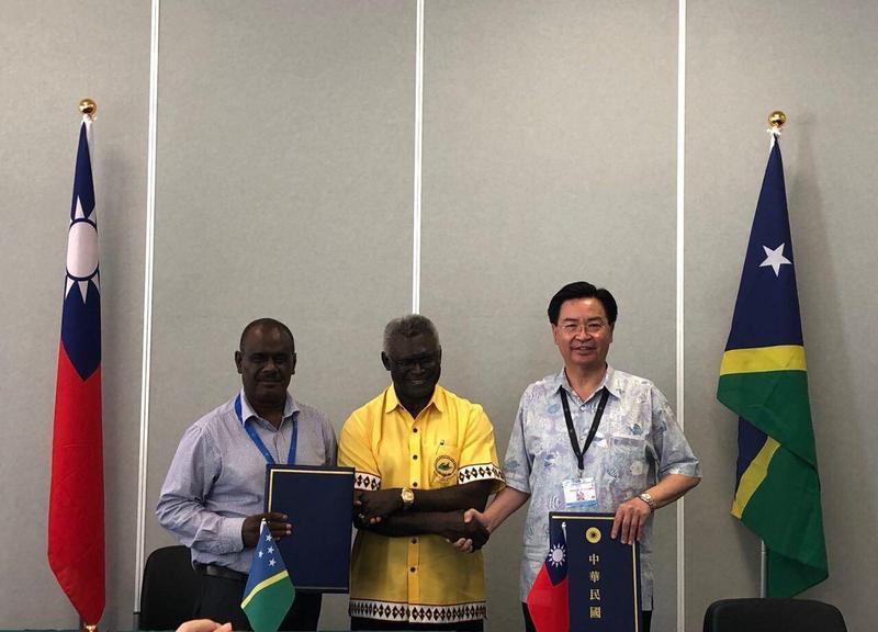 外交部長吳釗燮(右)上月中下旬才與索國外交部長馬內列共同簽署台索免簽證待遇協定。(翻攝外交部臉書)