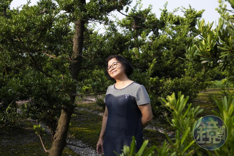 張錦雲走在自家的田裡,辛苦大半輩子,她已不擔心兒子的未來,說人生的一切都是緣份。