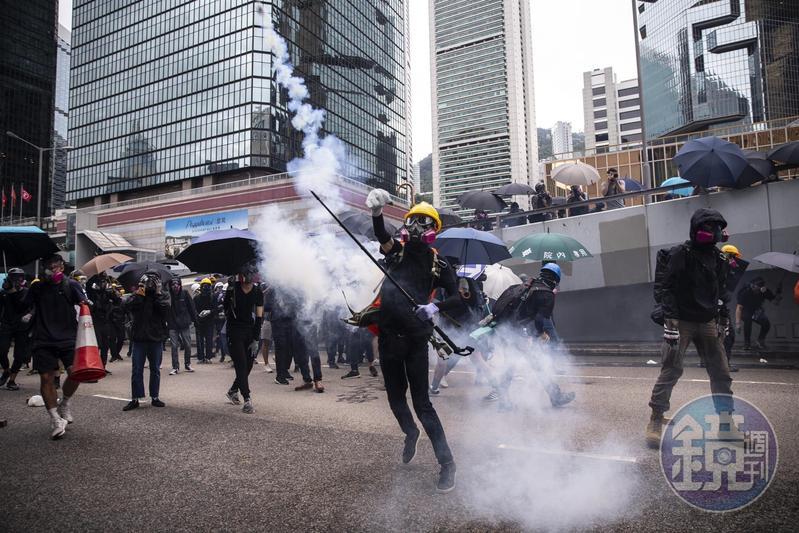 港警的手段日益狠辣,發射催淚彈、橡膠子彈、布袋彈的數量已突破歷史紀錄。前線勇武派只能以簡易方式抵抗,圖為示威者回擲催淚彈。(攝影:陳朗熹)