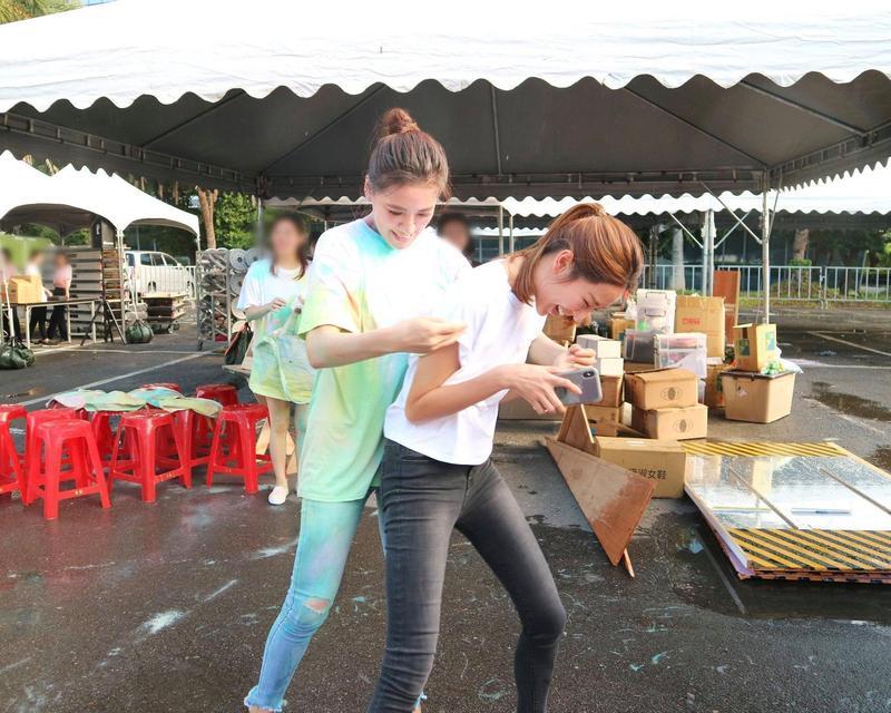 小禎和隋棠出席活動時,這張同框照再讓網友讚嘆小禎減肥的毅力。(翻攝臉書SUITANGTANG)