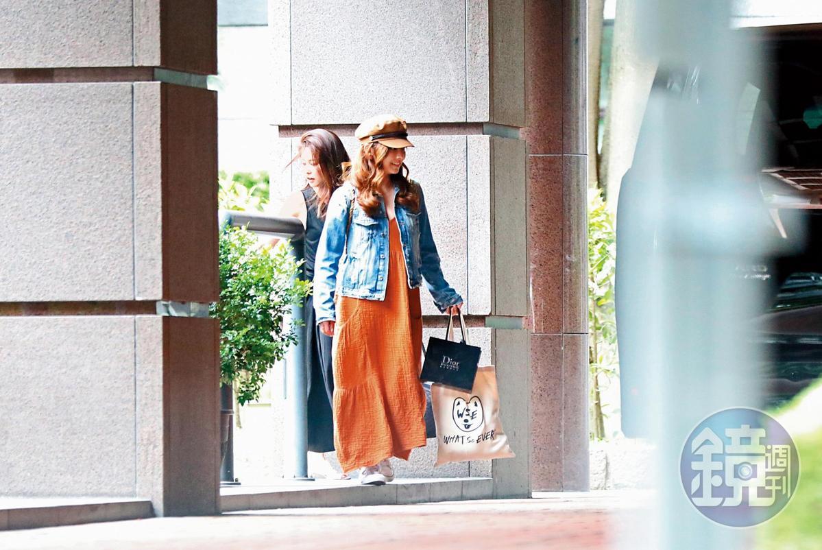 8月20日16:26,麻衣(左)攜子返台,愛紗特地上門陪母子倆外出。