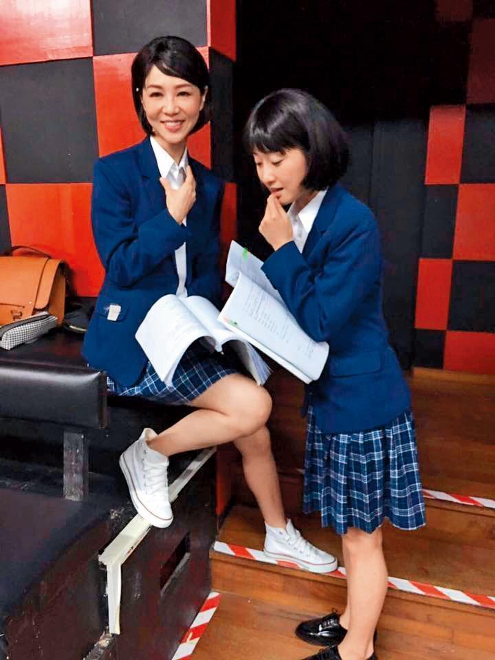 謝盈萱(左)是出名的「演什麼像什麼」,當然像這種穿學生制服扮嫩的角色也演過。(翻攝自謝盈萱臉書)