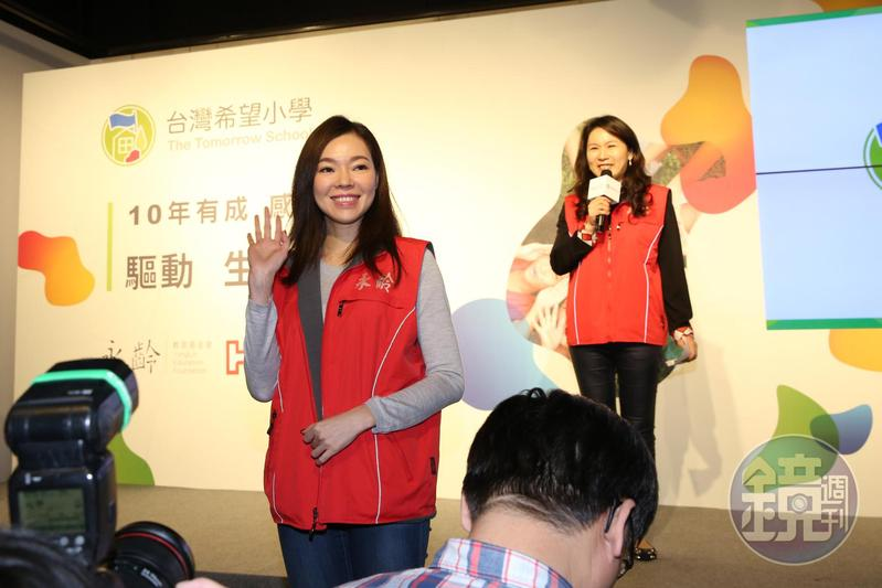 郭董夫人曾馨瑩(左)出席永齡慈善基金會活動,劉宥彤(右)親自當主持人介紹。