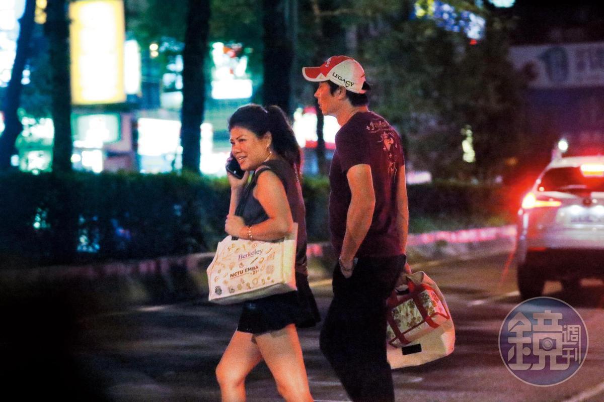 8月26日 21:54,林煒連續多天都出現在外遇對象劉灼梅的公司,然後一起下班。
