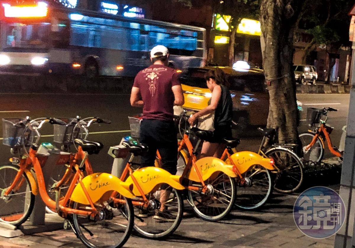 21:55,2人捨棄計程車不搭,改騎YouBike,充滿健康的不倫氣味。