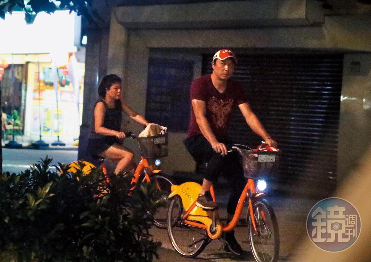 21:56,林煒跟劉灼梅公私都綁在一起,一起直播,一起下班、一起騎車的作息模式,也算是日久生情。