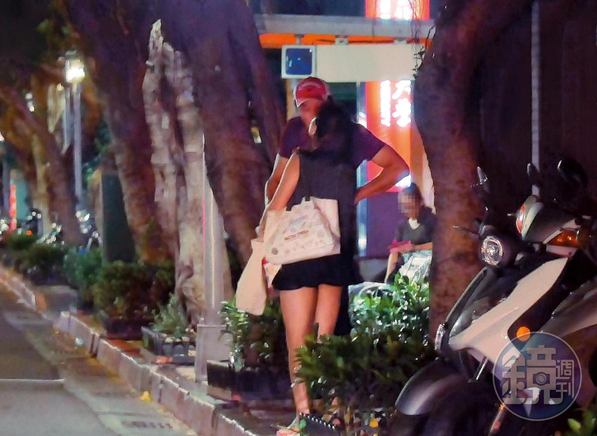 22:05,林煒一邊插著腰與劉灼梅再次喇吻,一邊等著公車到站。