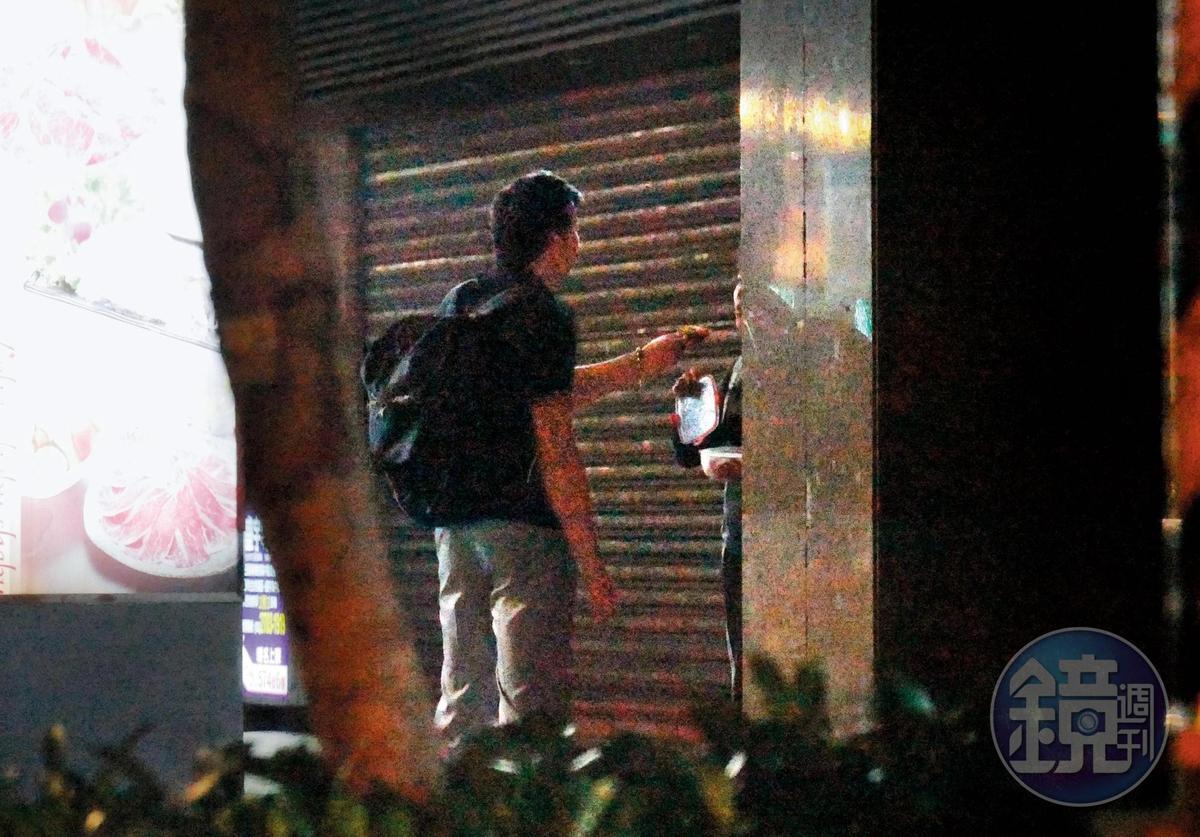 8月25日 23:08,林煒跟劉灼梅吃起西瓜,林煒還體貼伸手餵食。