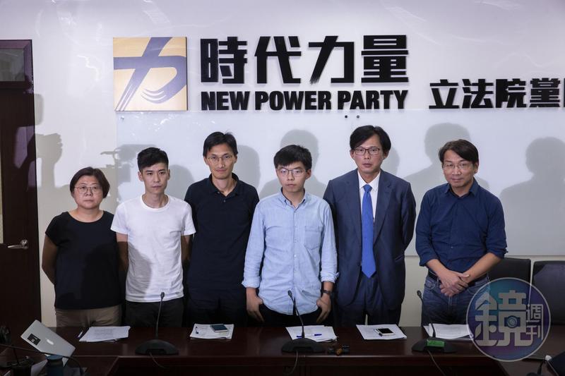 香港眾志祕書長黃之鋒(右3)偕同香港立法會議員朱凱迪(左3)、學聯前副祕書長岑敖暉(左2)抵達台灣,拜訪時代力量黨團。(翻攝畫面)
