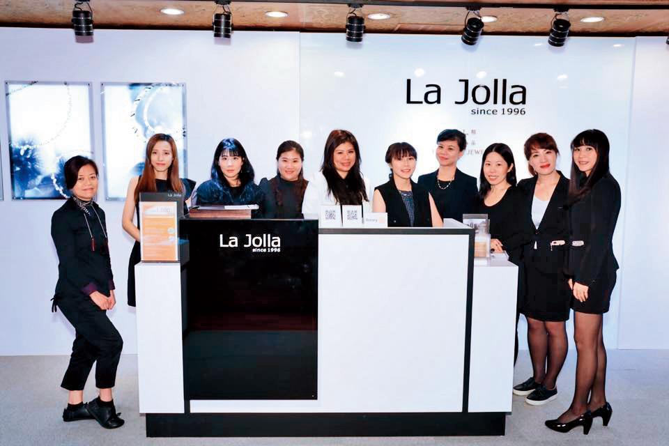 劉灼梅對外走的是事業女強人風,自介很長一串響亮頭銜:「鈦精品的品牌La Jolla創辦人,也是國際扶輪社台北東方社社長、台北 101工商婦女企業管理協會會長」。(翻攝自劉灼梅臉書)