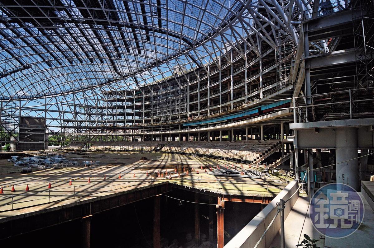 大巨蛋觀眾席位於地下10.5公尺,防火區劃及人員疏散都成爭議,市府及遠雄同意交由內政部台建中心解決。