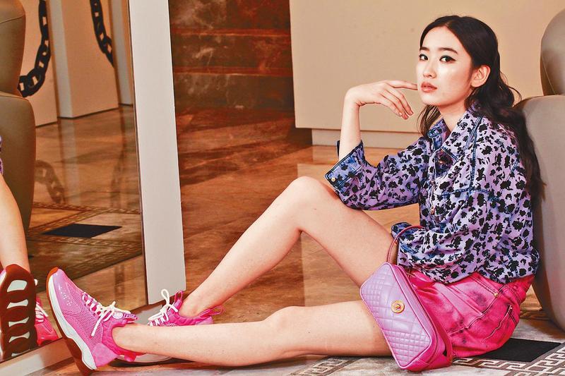 林煒的女兒林愷鈴在香港受到各大名牌青睞,身穿義大利名牌Versace拍攝時尚照(東方IC)。