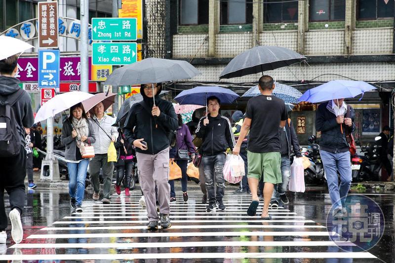 中央氣象局針對全台18縣市發布豪雨、大雨特報,提醒民眾外出記得隨身攜帶雨具。