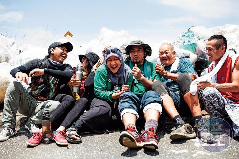 印尼移工瑪雅(左3)與他的夥伴們,在台灣的淨灘活動裡找到「家人」。