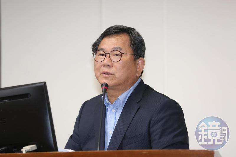 民進黨立委陳明文因在高鐵遺失裝有300萬現金的行李箱,引發軒然大波。