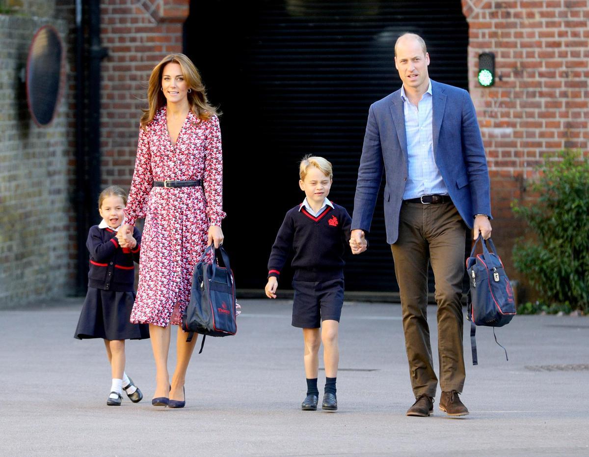 夏綠蒂小公主在父母的陪伴下,展開人生上學第一天。(東方IC)