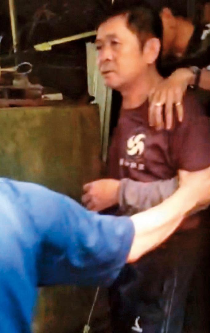 嫌犯楊鴻儒在台南山區一處工寮旁的鴿舍落網。(東森新聞提供)
