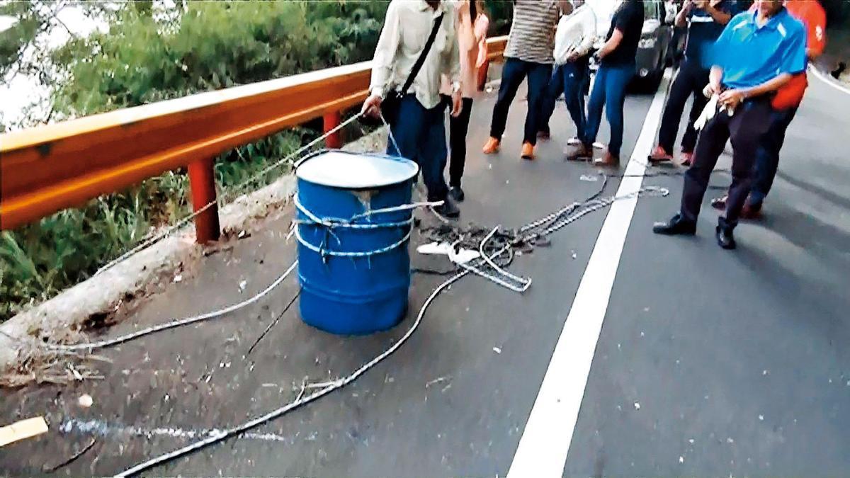 警方在中橫公路台八線119公里處,找到裝著賴光雄屍體的桶子。(東森新聞提供)