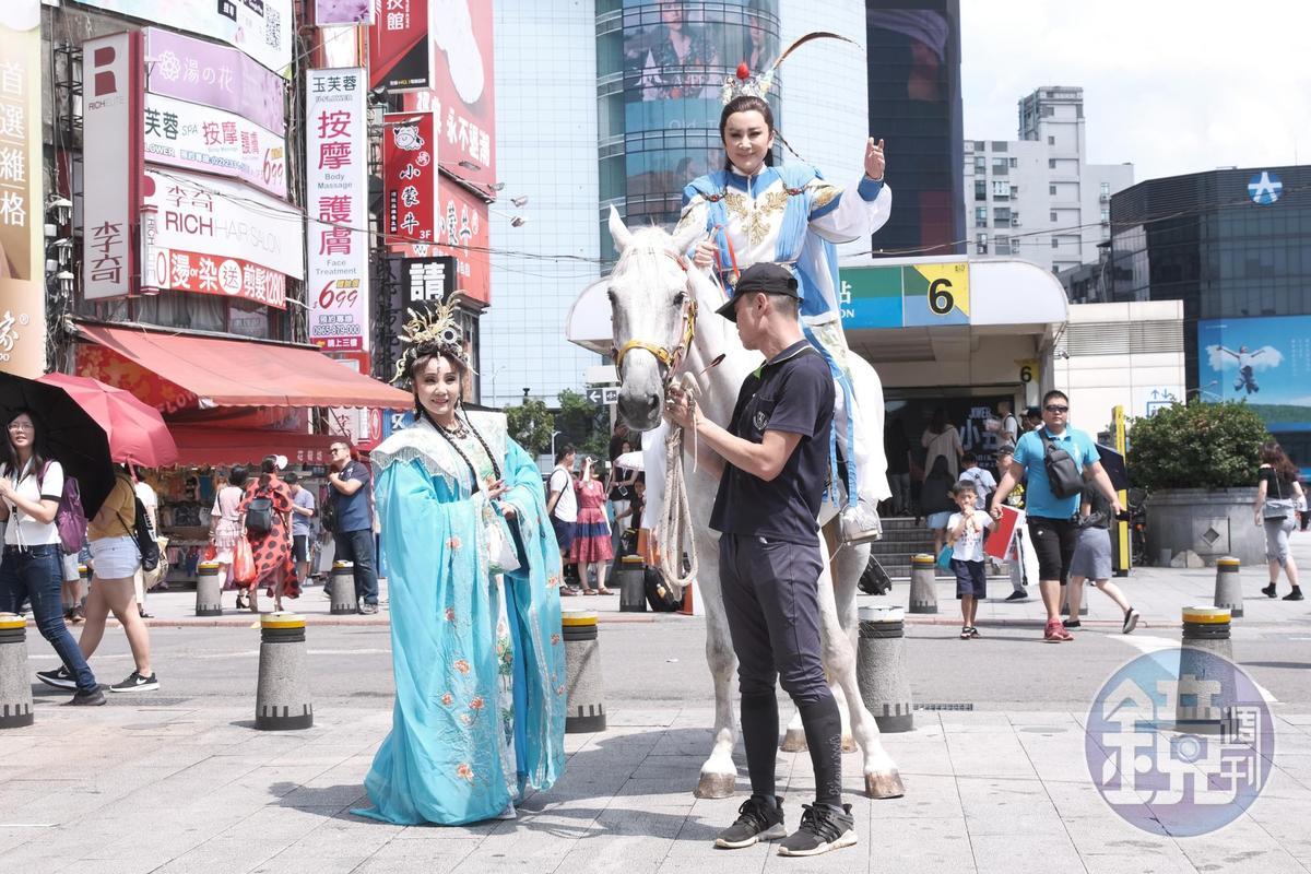 陳亞蘭帥氣躍上白馬,預祝新戲馬到成功。