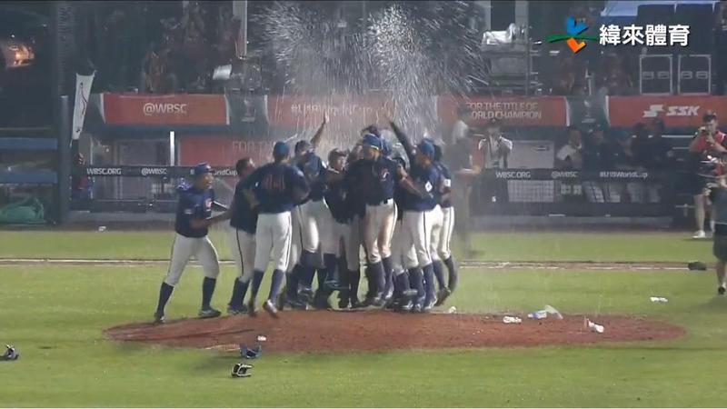 今晚在韓國進行的U18世界盃青棒賽,台灣隊以2:1擊敗尋求5連霸的美國隊,賽後全隊聚在投手丘慶祝。(翻攝自緯來體育台YouTube)
