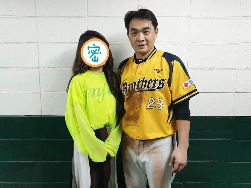 彭政閔引退倒數,女神田馥甄現身球場引起暴動。(翻攝自田馥甄臉書)