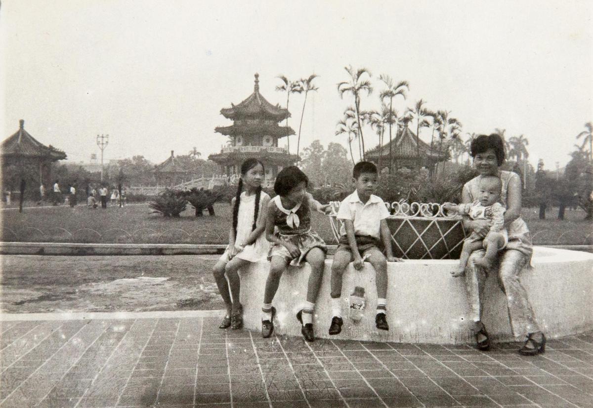 孩子稍大之後,先生開始外派,舊照裡都只是她帶著孩子在台北新公園、西門町的留影,也可一窺當時台北的景況。(侯秀絨提供)