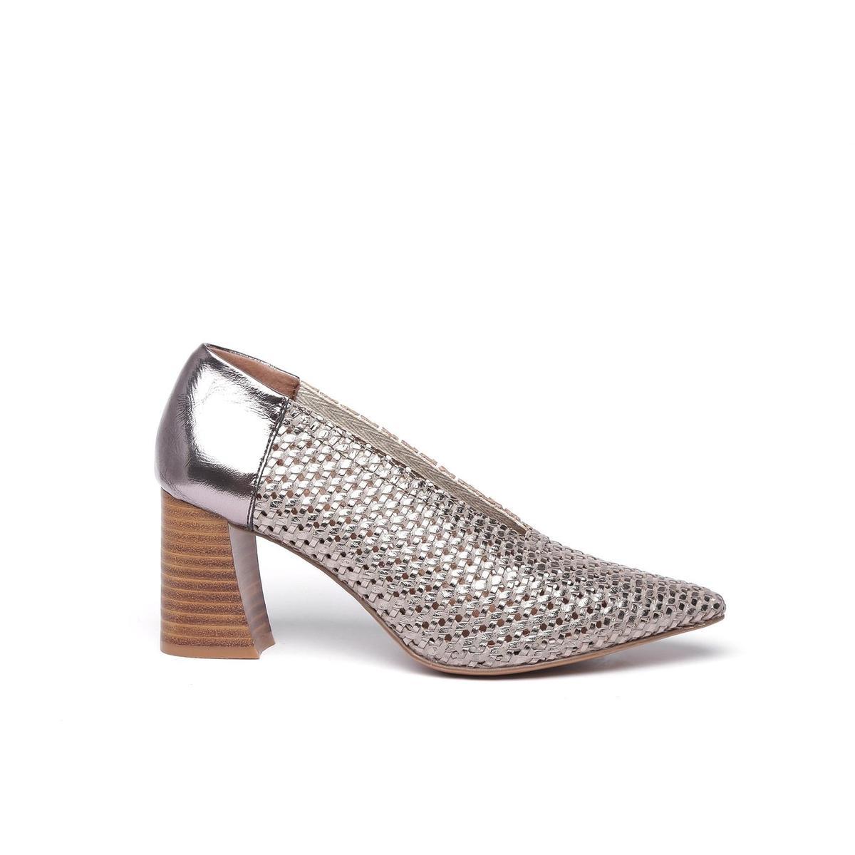(微風廣場新櫃)Lins尖頭鏤空粗跟鞋,原價4,980元、特價2,500元。(限量5雙)