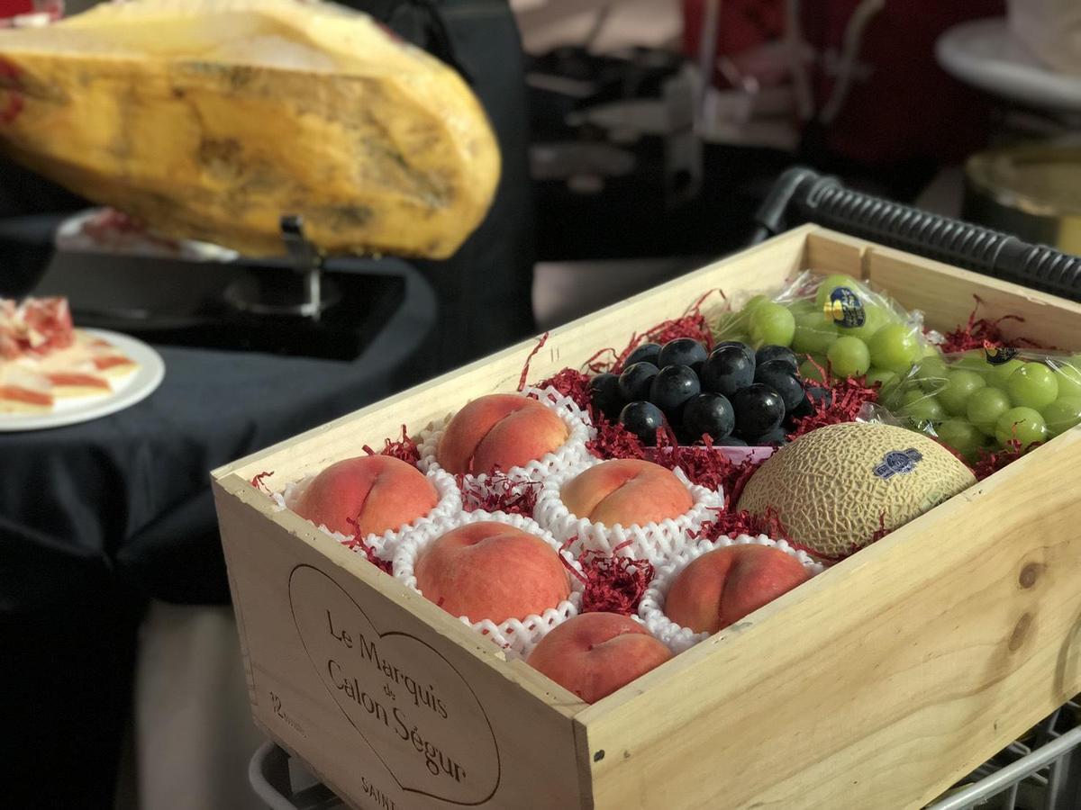 頂級水果木箱禮盒,原價1,0800元、特價8,800元。(限量30組)