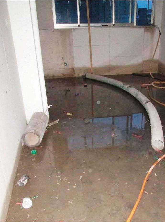 積水嚴重 阮綜合醫院C2新建大樓因施工不良,內部積水嚴重。(讀者提供)