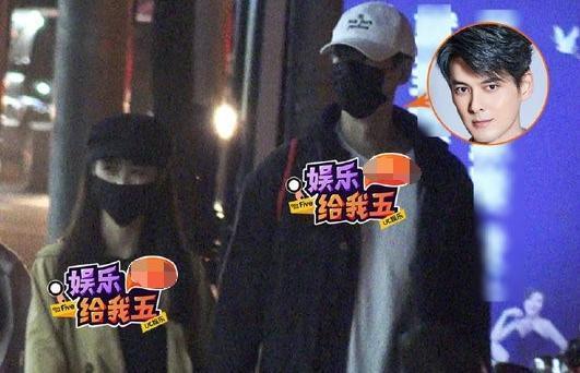 郭品超與馬澤涵去年十月就曾被拍到兩人手牽手夜遊。(翻攝自新浪娛樂微博)