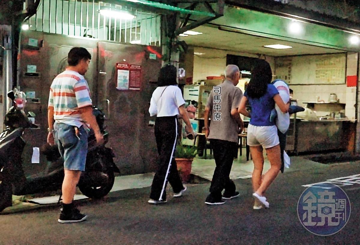 司馬中原(右2)的四子吳融昊(左)擔心父親無聊,經常帶妻女陪伴,共享天倫之樂。