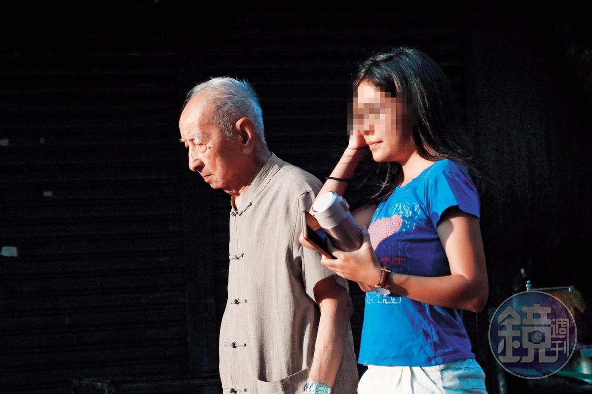 司馬中原(左)的子女為避免他遭詐騙,會請孫女(右)陪爺爺出門