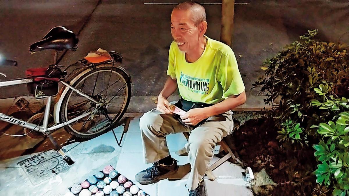 司馬中原的三子吳融賁(圖)是彩繪石頭藝術家,由他負責照顧父親生活起居。