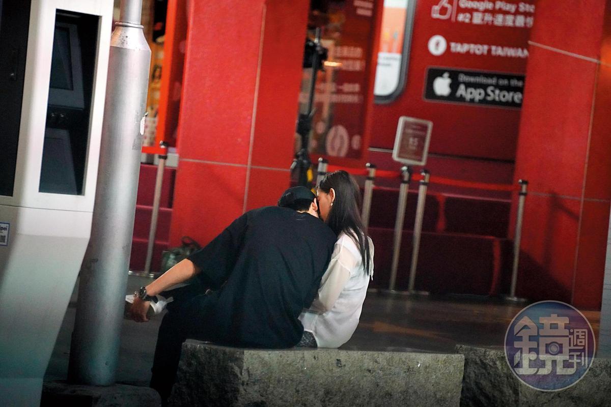 9月1日 04:34 黃宏軒跟陳亮君和友人道別後,走到信義威秀的中庭椅子坐下終於忍不住濃濃愛火,猛啾男友的臉蛋。