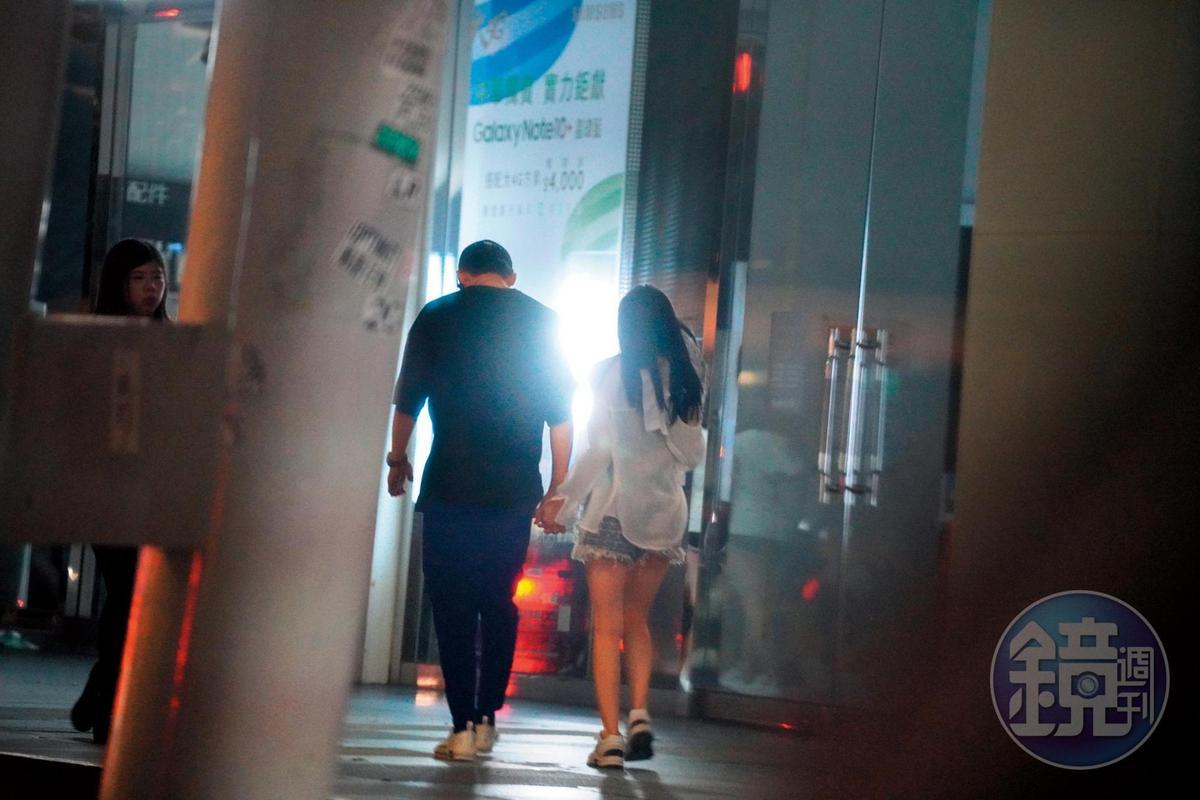 9月1日 04:37 黃宏軒牽著陳亮君的手,在信義區街頭漫步。