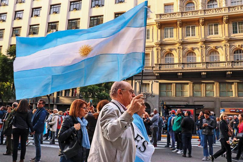 阿根廷總統初選結果爆冷門,持有阿根廷部位較高的債券基金出現大震盪。(東方IC)