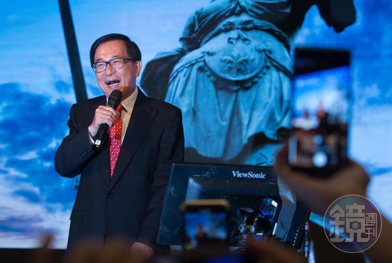 陳水扁日前出席「908台灣國」募款餐會時上台致詞,被質疑踩紅線。圖為陳水扁今年5月出席凱達格蘭基金會餐會高歌的畫面。