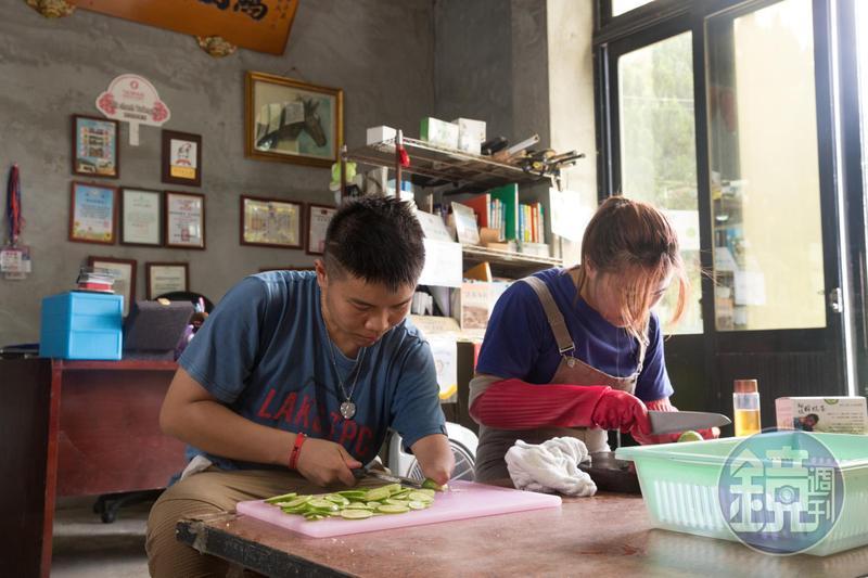 天生獨臂的詹翔欽,不畏逆境,將爸爸的舊茶廠轉型,與妹妹手作茶包自創品牌創業。