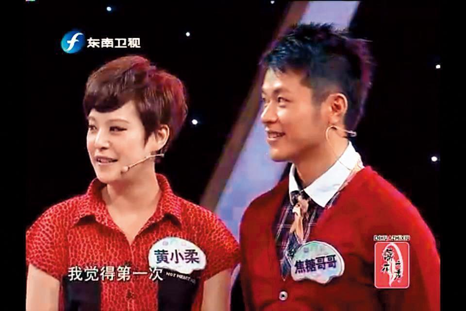 陳嘉行(右)2012年時曾受邀到東南衛視錄影。左為黃小柔。(翻攝自焦糖哥哥粉絲專頁)