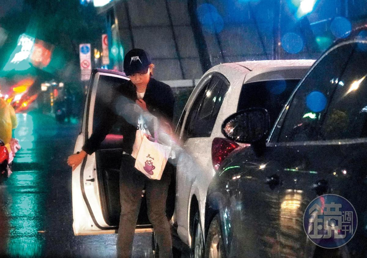 22:35,果然!到了神旺飯店王瞳從駕駛座下車,證實她刻意從副駕爬去駕駛座的行徑十分心虛。