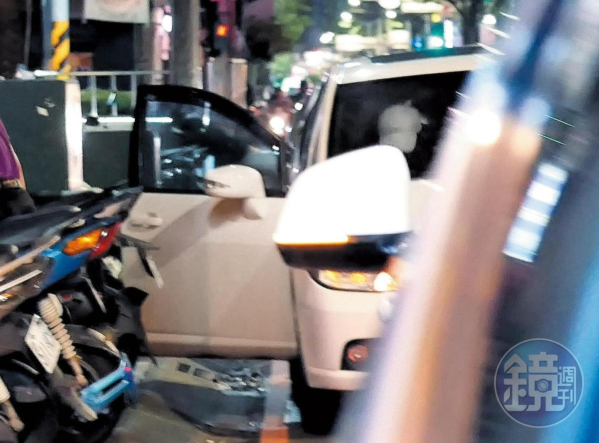 23:18,臨別之前,馬俊麟(白帽者)還特地上了王瞳的車,這是整個夜會最曖昧,也最有想像空間的畫面。