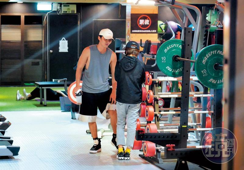 9月8日22:33,王瞳進了健身房後,馬俊麟用一身的大肌肌迎接她,感覺2人聊得頗爽。