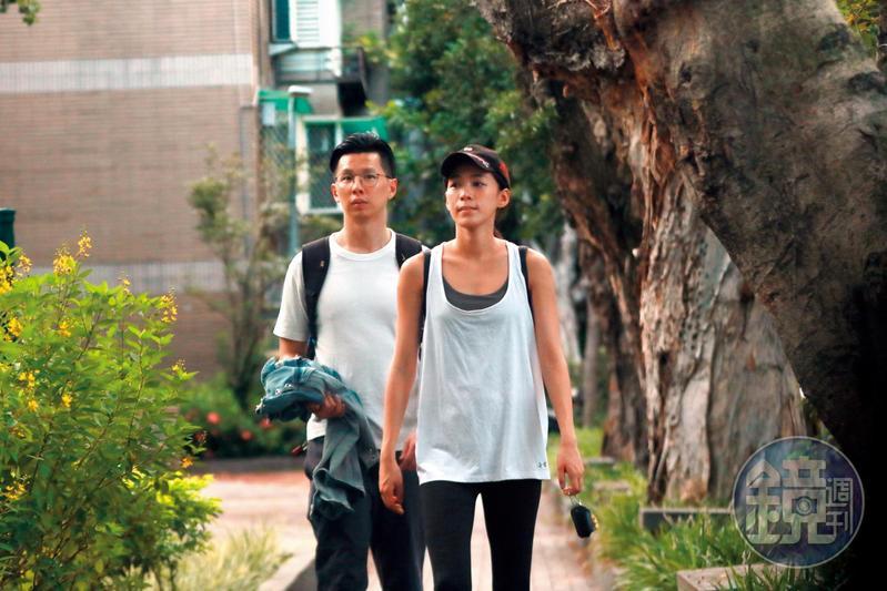 9月1日17:30,王思平結束前一段戀情後不久,就搭上牙醫新歡李世偉,對方更在其家門前等待她出現。