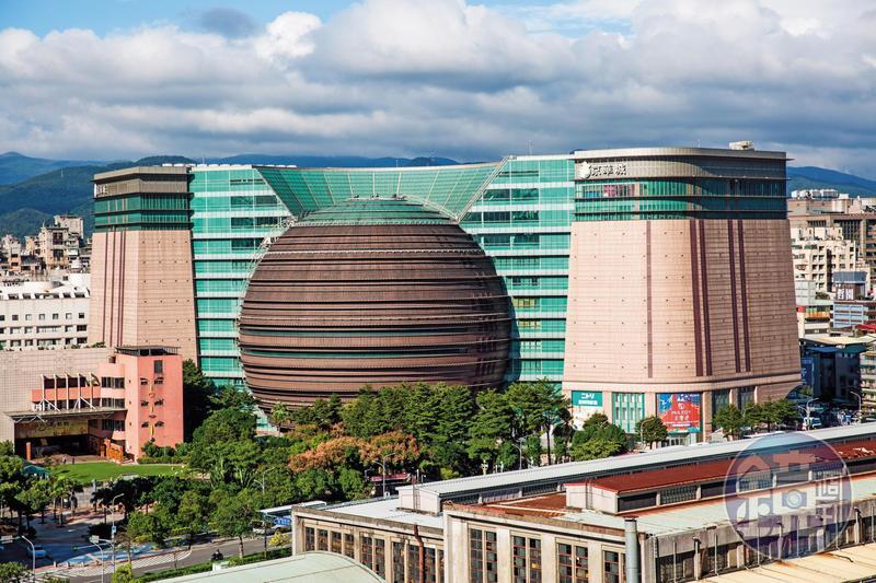 京華城斥資240億元打造,號稱全世界最大的球體建築商場,將以342億元公開標售,確定年底熄燈。