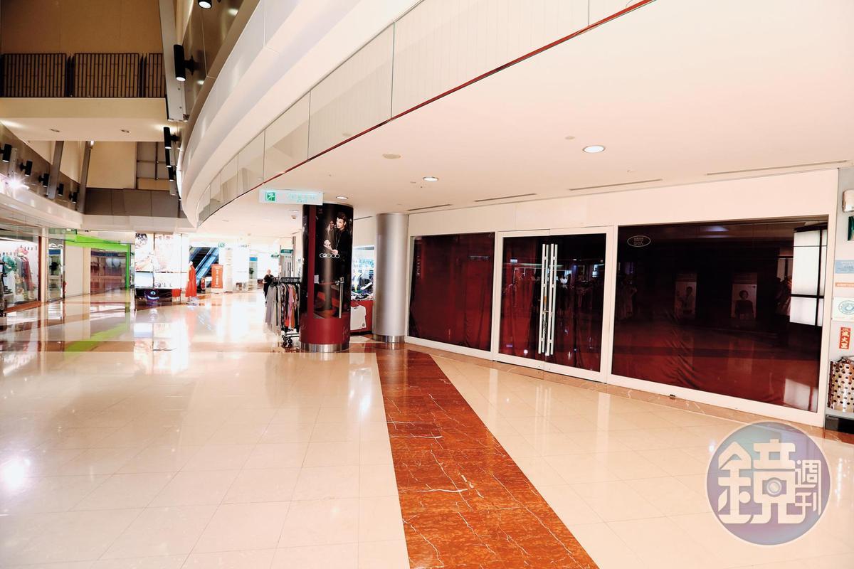 對比過去京華城風光時期,如今不少廠商已撤櫃,館內空蕩。