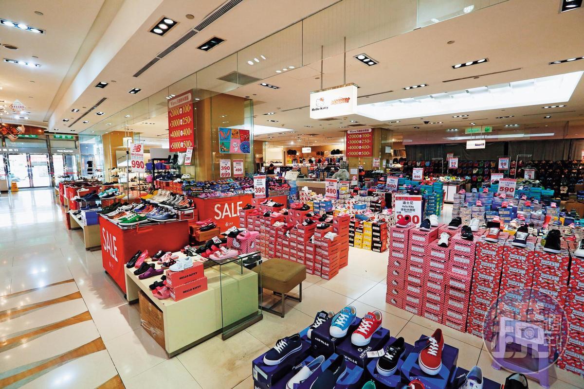 京華城適逢18週年慶,館內舉辦鞋類等各式優惠折扣活動,卻不見搶購人潮。